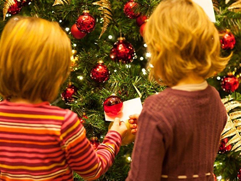 giving tree ritz carlton ruft zu geschenkespenden f r. Black Bedroom Furniture Sets. Home Design Ideas