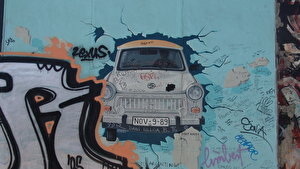 East Side Gallery - Trabi (1)